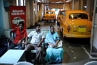 INDIA West Bengal, Kolkata, Austin Car Dealer in Nehru Road verkauft HM Ambassador, the car is still produced new at Hindmotor factory after license of Oxford Morris  / INDIEN Westbengalen Kalkutta, Austin Car Dealer in Nehru Road verkauft HM Ambassador, der HM Ambassador laeuft heute noch neu nach Vorlage des Oxford Morris bei HM Hindustan Motors vom Band