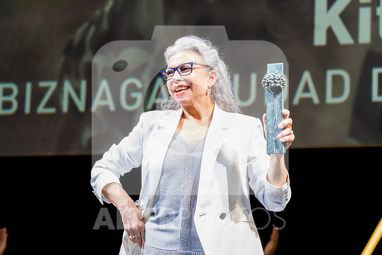 Kiti Manver shows 'Biznaga Ciudad del Paraiso Award' during Malaga Film Festival Gala at Teatro Cervantes.August 24 2020. (Alterphotos/Francis González)
