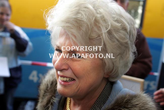 Ede, 091206<br />Demissionair Minister Carla Peijs opende vandaag de nieuwe Valleilijn en stapte in de trein naar Barneveld. <br />Foto: Sjef Prins - APA Foto
