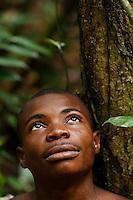 Portrait of a honey-hunter looking at the top of the trees.///Portrait d'un chasseur de miel qui observe la cîme des arbres.