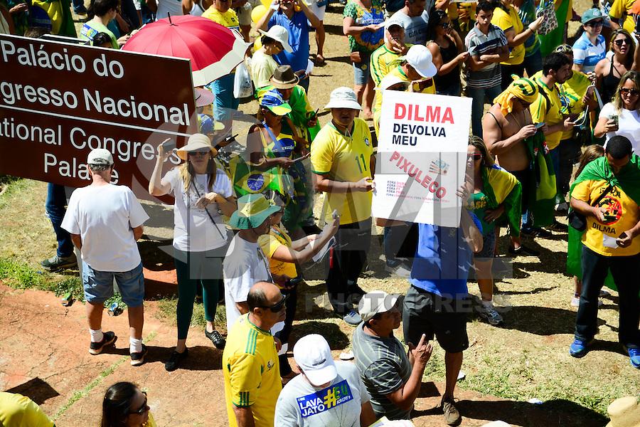 BRASÍLIA, DF, 16.08.2015 – PROTESTO-DF  – Manifestantes durante ato contra o governo Dilma Rousseff (Partido dos Trabalhadores) na Esplanada dos Ministério na cidade de Brasilia neste domingo, 16. (Foto: Ricardo Botelho/ Brazil Photo Press)