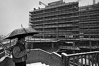 - periferie di Milano, cantiere per il palazzo Richard Ginori sul Naviglio Grande sotto la neve  (gennaio 1986)....- Milan outskirtses, construction site for the palace Richard Ginori on Naviglio Grande canal under the snow (January 1986)