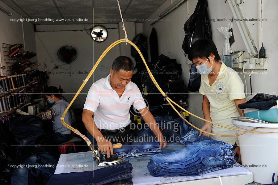 CHINA Guangzhou , textile sweat shop near Canaan Export Center  / CHINA , Provinz Guangdong , Metropole Guangzhou (Kanton) , kleine Textilproduktion nahe des Canaan Export Center