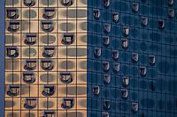 Die Glasfassade der Elbphilharmonie in Hamburg in der Abenddaemmerung.<br /> 11.4.2020, Hamburg<br /> Copyright: Christian-Ditsch.de<br /> [NUR FUER REDAKTIONELLE ZWECKE! Werbung nur auf Anfrage beim Fotografen. Inhaltsveraendernde Manipulation des Fotos nur nach ausdruecklicher Genehmigung des Fotografen. Vereinbarungen ueber Abtretung von Persoenlichkeitsrechten/Model Release der abgebildeten Person/Personen liegen nicht vor. NO MODEL RELEASE! Don't publish without copyright Christian-Ditsch.de, Veroeffentlichung nur mit Fotografennennung, sowie gegen Honorar, MwSt. und Beleg. Konto: I N G - D i B a, IBAN DE58500105175400192269, BIC INGDDEFFXXX, Kontakt: post@christian-ditsch.de<br /> Bei der Bearbeitung der Dateiinformationen darf die Urheberkennzeichnung in den EXIF- und  IPTC-Daten nicht entfernt werden, diese sind in digitalen Medien nach §95c UrhG rechtlich geschuetzt. Der Urhebervermerk wird gemaess §13 UrhG verlangt.]