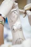 Proceso de creacion de ceramica en la fabrica de Sargadelos en Cervo, Lugo. Pintado de las piezas con pincel.