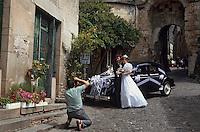 Europe/France/Midi-Pyrénées/81/Tarn/Cordes: Mariage - Couple de mariés posant et photographe dans les rue de Cordes<br /> PHOTO D'ARCHIVES // ARCHIVAL IMAGES<br /> FRANCE 1995