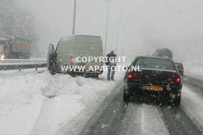 Loenen, 261105<br />Wederom veel sneeuw op de A50 tussen Apeldoorn en Arnhem. Ter hoogte van Loenen werkt Rijkswaterstaat een ijslaag van zo'n 5 centimeter weg die afgelopen nacht ontstaan is door platgereden sneeuw. Een busje ias in de slip geraakt. Vrachtwagens worden aangeraden niet de weg op te gaan.<br />Foto: Sjef Prins - APA Foto