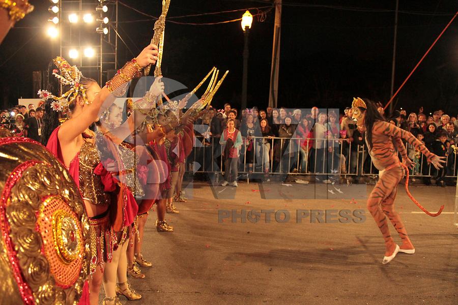 CURITIBA, PR, 05 DE MARÇO DE 2011 – EMBAIXADORES DA ALEGRIA – CURITIBA – Aconteceu na noite de sábado (5), na avenida Cândido de Abreu, desfile carnavalesco. A folia começou com a apresentação dos blocos Afoxé, Derrepent e Rancho das Flores. A escola Embaixadores da Alegria foi a terceira a desfilar pelo Grupo A. (FOTO: ROBERTO DZIURA JR./ NEWS FREE)