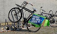 Nederland  Amsterdam  2020.  Fietstas met de tekst, Word Vrijwilliger.  Foto : ANP/ HH / Berlinda van Dam