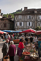 Europe/Europe/France/Midi-Pyrénées/46/Lot/Saint-Céré: Marché sur la Place du Mercadial en fond  les Tours de Saint-Laurent