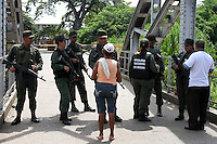PUERTO SANTANDER - COLOMBIA - 29-08-2015. Miembros de La Guardia Nacional Bolivariana custodian el puente en Puerto Santander / Members of the Bolivarian National Guard guarding the bridge in Puerto Santander. Photo: VizzorImage / Manuel Hernandez  / Contribuidor