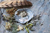Räuchern, getrocknete und zerkleinerte Kräuter für die Rauhnachts-Räucherung, Raunachts-Räucherung werden verräuchert, Rauhnächte, Raunächte, Räucherritual, Räuchern mit Kräutern, Räucherkräuter, Kräuter verräuchern, Wildkräuter, Duftkräuter, Duft, Smoking, Smoking with herbs, wild herbs, aromatic herbs, fumigate, cure. Tüpfel-Johanniskraut, Echtes Johanniskraut, Tüpfeljohanniskraut, Hypericum perforatum, St. John´s Wort. Gewöhnlicher Beifuß, Beifuss, Artemisia vulgaris, Mugwort, common wormwood. Gemeiner Wacholder, Heide-Wacholder, Heidewacholder, Juniperus communis, Common Juniper, Le Genévrier commun, Genièvre. Gewöhnliche Fichte, Rot-Fichte, Rotfichte, Picea abies, Common Spruce, Norway spruce, L'Épicéa, Épicéa commun. Mistel, Laubholz-Mistel, Weißbeerige Mistel, Viscum album, Mistletoe, European mistletoe, common mistletoe, mistle, Le gui, gui blanc, gui des feuillus. Schwarzer Holunder, Sambucus nigra, Fliederbeeren, Fliederbeere, Common Elder, Elderberry, Sureau commun, Sureau noir. Fichtenharz, Fichten-Harz, Baumharz, Harz, liquid pitch, tree gum, galipot, gallipot