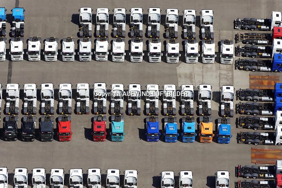 LKW Neu- und Gebrauchtwagen: EUROPA, DEUTSCHLAND, HAMBURG, (EUROPE, GERMANY), 09.06.2013: Angebot Verkauf von neuen und gebrauchten Lastkraftwagen, Export,  Reihe, warten, anstehen, Abtransport, voll, belegt, Parkplatz, Raumnot, Lager, Logistik, CO2, Benzin, Diesel, Treibstoff, Schlange, Daecher,  weiss, bunt, Autos, LKW, aufgereiht, Reihen, hintereinander, warten, Wirtschaft, Luftbild, Luftansicht, Luftaufnahme, Auto, Absatz, Kriese, Parkplatz, Halde,