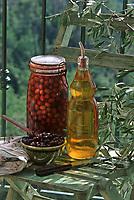 France/06/Alpes Maritimes/Nice/Arrière pays niçois: Détail d'un bocal d'olives et d'une bouteille d'huile d'olive