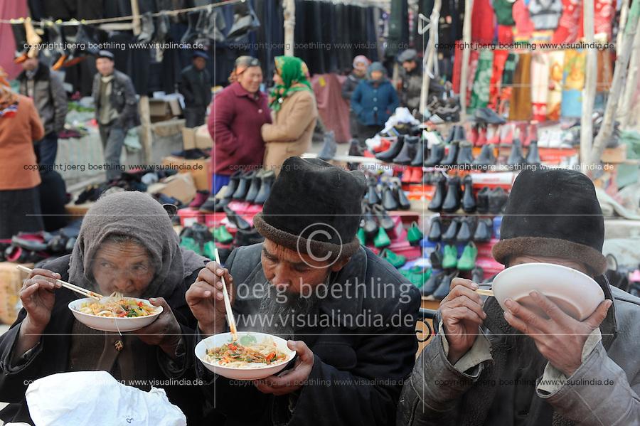 CHINA, province Xinjiang, market day in uighur village Jin Erek near city Kashgar where uyghur people are living / CHINA Provinz Xinjiang , Markttag in Jin Erek einem uigurischen Dorf bei Stadt Kashgar, hier lebt das Turkvolk der Uiguren , die sich zum Islam bekennen
