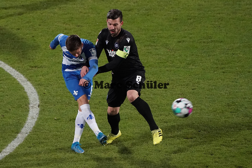 Marvin Mehlem (SV Darmstadt 98) gegen Daniel Gordon (Karlsruher SC)<br /> <br /> - 26.02.2021 Fussball 2. Bundesliga, Saison 20/21, Spieltag 23, SV Darmstadt 98 - Karlsruher SC, Stadion am Boellenfalltor, emonline, emspor, <br /> <br /> Foto: Marc Schueler/Sportpics.de<br /> Nur für journalistische Zwecke. Only for editorial use. (DFL/DFB REGULATIONS PROHIBIT ANY USE OF PHOTOGRAPHS as IMAGE SEQUENCES and/or QUASI-VIDEO)