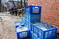 Auswirkungen der Corona-Krise.<br /> Im Bild: Eine Trinkwasserspende fuer Obdachlose steht gestapelt am Karuna-Pavillon auf dem Boxhagener Platz in Berlin-Friedrichshain. Der Verein Karuna e.V. kuemmert sich um Obdachlose und gibt kostenfrei Essen und Kaffe aus.<br /> 26.3.2020, Berlin<br /> Copyright: Christian-Ditsch.de<br /> [NUR FUER REDAKTIONELLE ZWECKE! Werbung nur auf Anfrage beim Fotografen. Inhaltsveraendernde Manipulation des Fotos nur nach ausdruecklicher Genehmigung des Fotografen. Vereinbarungen ueber Abtretung von Persoenlichkeitsrechten/Model Release der abgebildeten Person/Personen liegen nicht vor. NO MODEL RELEASE! Don't publish without copyright Christian-Ditsch.de, Veroeffentlichung nur mit Fotografennennung, sowie gegen Honorar, MwSt. und Beleg. Konto: I N G - D i B a, IBAN DE58500105175400192269, BIC INGDDEFFXXX, Kontakt: post@christian-ditsch.de<br /> Bei der Bearbeitung der Dateiinformationen darf die Urheberkennzeichnung in den EXIF- und  IPTC-Daten nicht entfernt werden, diese sind in digitalen Medien nach §95c UrhG rechtlich geschuetzt. Der Urhebervermerk wird gemaess §13 UrhG verlangt.]