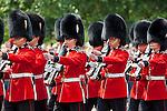 United Kingdom, London: Trooping the Colour, Grenadier Guards marching along The Mall | Grossbritannien, England, London: Trooping the Colour, alljaehrliche Militaerparade am zweiten Samstag im Juni zu Ehren des Geburtstages der britischen Koenige und Königinnen, Grenadier Guards marschieren die Mall entlang