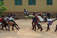 "TOGO, Tohoun, orphange, girl play hand pulling / Waisenhaus ORPHELINAT JEAN PAUL II  von den Schwestern Soeurs de Notre Dame de Nazareth, Maedchen spielen ""ohne Tau"" ziehen"