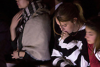 Fedeli attendono l'arrivo di Papa Francesco per l'inizio della veglia di Pasqua nella Basilica di San Pietro, Citta' del Vaticano, 26 marzo 2016.<br /> Faithful wait for the arrival of Pope Francis to celebrate the Easter vigil in St. Peter's Basilica at the Vatican, 26 March 2016.<br /> UPDATE IMAGES PRESS/Riccardo De Luca<br /> <br /> STRICTLY ONLY FOR EDITORIAL USE