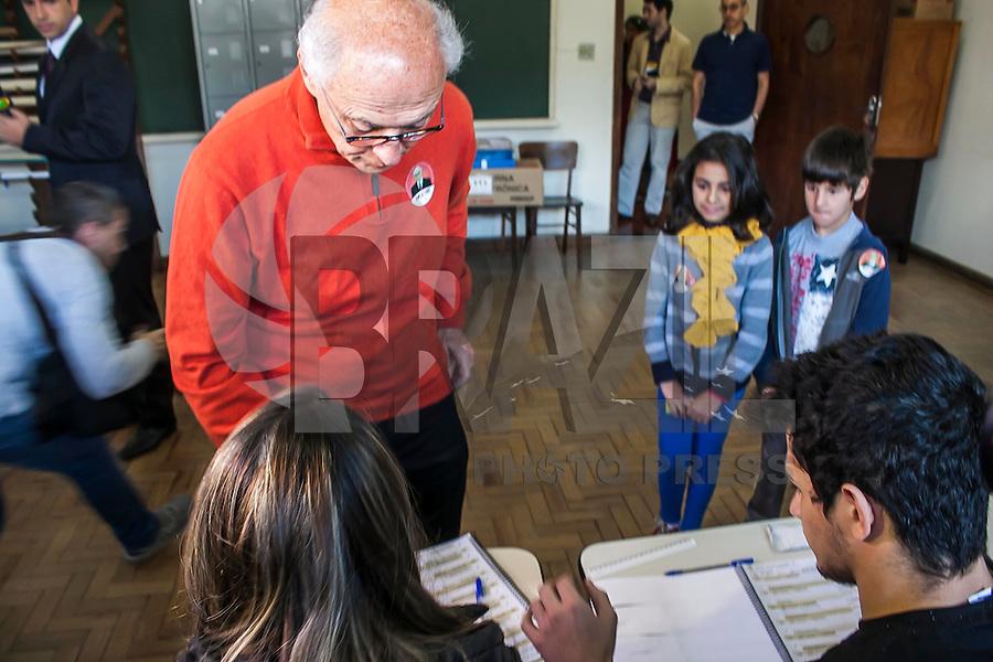 SÃO PAULO, SP, 05.10.214 - DIA ELEIÇÃO 2014/ EDUARDO SUPLICY VOTA EM SÃO PAULO - O candidato ao senado Eduardo Suplicy vota em colégio na zona oeste de São Paulo, na manhã deste domingo (5). (Foto: Taba Benedicto/ Brazil Photo Press)