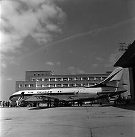 Usine Sud Aviation de Saint-Martin du Touch. 23 mai 1958. Vue d'ensemble de côté d'un avion Caravelle de la compagnie Air-France stationné devant les bâtiments, techniciens autour.
