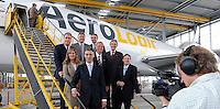 Pressekonferenz und Eröffnungszeremonie der Zusammenarbeit von DHL und Lufthansa Cargo als AeroLogic - Luftfracht Air Cargo Post - mit 8 Boeing 777 (B777F) wird begonnen -  im Bild: Pressefoto auf der Treppe vor der Maschine . Foto: Norman Rembarz..