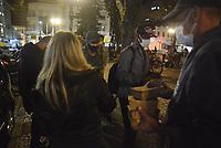 CURITIBA, PR, 22.04.2021 Movimento População de rua- Intinerante Resistencia- movimento Intinerante Resistencia nas entregas de marmitas, sucos e cobertores aos moradores de rua e pessoas de vulnerabilidade na praça Tiradentes nessa quinta(22), no centro de Curitiba.