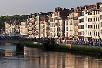 Europe/France/Aquitaine/64/Pyrénées-Atlantiques/Pays-Basque/Bayonne: Fêtes de Bayonne Bords de la Nive- Quai Galuperie - Maisons à colombage sur les bords de la Nive