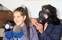 - gas masks distribution to the students of a middle school during the Gulf War of 1991....- distribuzione di maschere antigas agli studenti di una scuola media durante la guerra del golfo del 1991