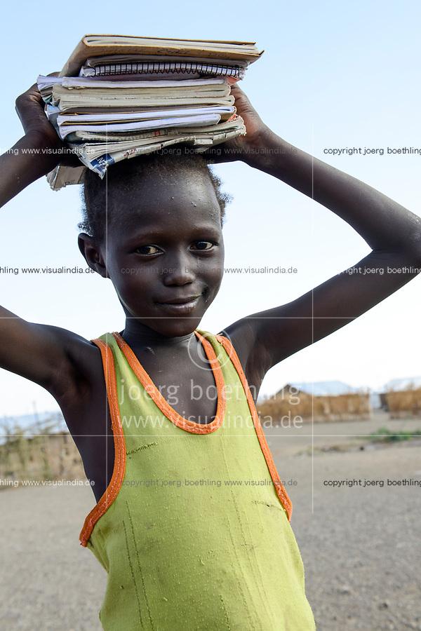 KENYA, Turkana, refugee camp Kakuma IV, south sudanese refugees, girl on way to school carry books on the head  / KENIA, Turkana, Fluechtlingslager Kakuma 4, suedsudanesische Fluechtlinge