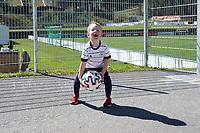 Max (4J.) freut sich auf die Nationalmannschaft und trainiert schon am Trainingsplatz (Model released) - Seefeld 26.05.2021: Trainingslager der Deutschen Nationalmannschaft zur EM-Vorbereitung
