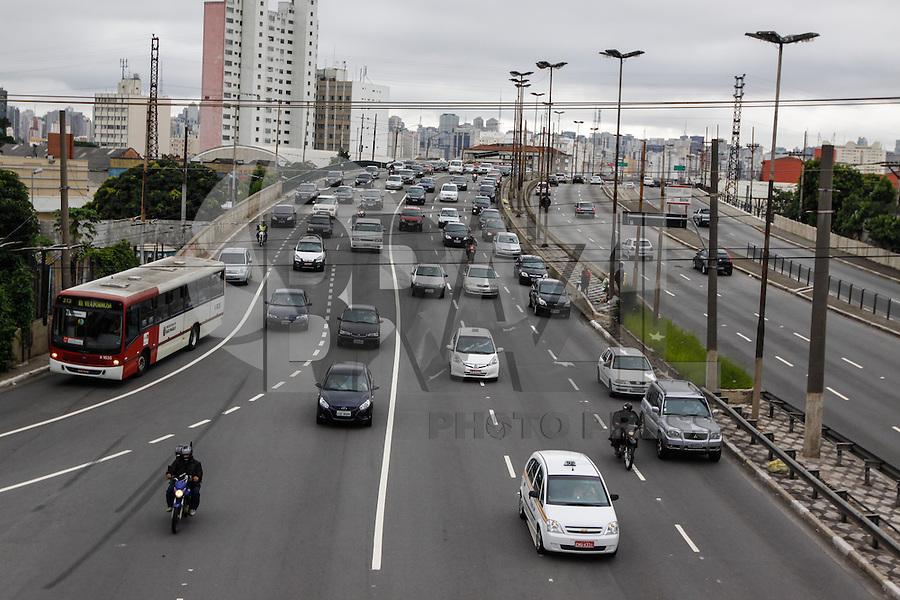 SAO PAULO, SP, 03 DE JANEIRO DE 2013 - TRANSITO - CAPITAL PAULISTA - Transito na  Avenida Alcantara Machado (Radial Leste), altura da Rua dos Trilhos sentido bairro ,na regiao leste da capital paulista, na tarde desta quinta-feira (03).  - FOTO WILLIAM VOLCOV - BRAZIL PHOTO PRESS