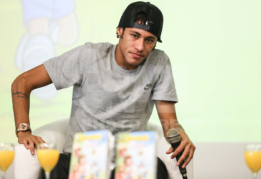 SANTOS, SP, 18 ABRIL 2013 - COLETIVA NEYMAR - O jogador do Santos Neymar durante coletiva de imprensa sobre o lançamento do personagemNeymarJr., produzido pelaMauriciode Sousa Produções, na sede do Santos Futebol Clube no litoral sul paulista, na manhã desta quinta-feira, 18. (FOTO: WILLIAM VOLCOV / BRAZIL PHOTO PRESS).