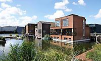 Nederland - Amsterdam - Juli 2020.   Het Johan van Hasseltkanaal. Drijvende woonwijk Schoonschip. De 30 waterkavels in het Johan van Hasseltkanaal in Buiksloterham bieden ruimte aan 46 huishoudens. De woonwijk Schoonschip wordt de duurzaamste drijvende wijk van Europa. Warmtepompen zorgen voor de verwarming en er wordt zoveel mogelijk gebruik gemaakt van passieve zonnewarmte.   Foto ANP / Hollandse Hoogte / Berlinda van Dam