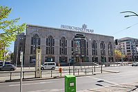 """Berlin, Stadtansichten.<br /> Im Bild: Das Revuetheater """"Friedrichstadtpalast"""" in der Friedrichstasse. Aufgrund der Ausgangsbeschraenkungen im Rahmen der Covid-19-Pandemie sidn die Strassen fast menschenleer.<br /> 20.4.2020, Berlin<br /> Copyright: Christian-Ditsch.de<br /> [NUR FUER REDAKTIONELLE ZWECKE! Werbung nur auf Anfrage beim Fotografen. Inhaltsveraendernde Manipulation des Fotos nur nach ausdruecklicher Genehmigung des Fotografen. Vereinbarungen ueber Abtretung von Persoenlichkeitsrechten/Model Release der abgebildeten Person/Personen liegen nicht vor. NO MODEL RELEASE! Don't publish without copyright Christian-Ditsch.de, Veroeffentlichung nur mit Fotografennennung, sowie gegen Honorar, MwSt. und Beleg. Konto: I N G - D i B a, IBAN DE58500105175400192269, BIC INGDDEFFXXX, Kontakt: post@christian-ditsch.de<br /> Bei der Bearbeitung der Dateiinformationen darf die Urheberkennzeichnung in den EXIF- und  IPTC-Daten nicht entfernt werden, diese sind in digitalen Medien nach §95c UrhG rechtlich geschuetzt. Der Urhebervermerk wird gemaess §13 UrhG verlangt.]"""