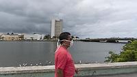 Recife (PE) - Covid-19-Recife - Pessoas utilizando mascaras de protecao contra o Covid-19 nesta sexta (13). Esta cada vez mais comum se ver pessoas utilizando mascaras pelas ruas do centro do Recife apos os ultimos casos confirmados do Coronavirus. (Foto: Pedro De Paula/Codigo 19/Codigo 19)