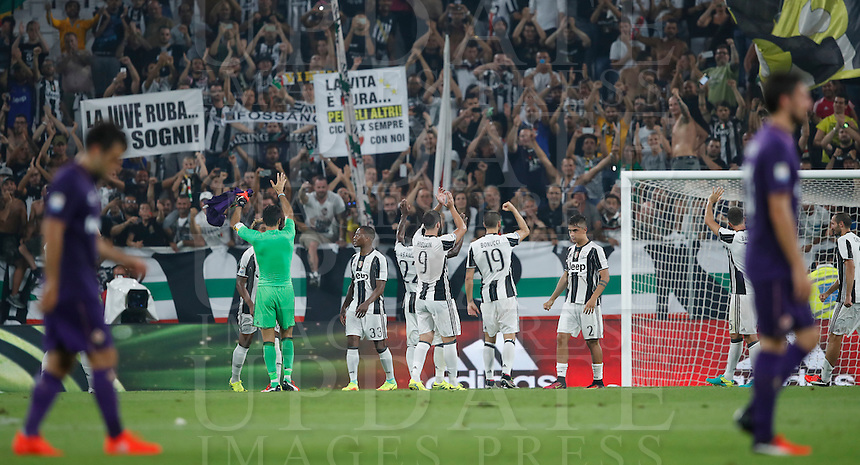 Calcio, Serie A: Juventus vs Fiorentina. Torino, Juventus Stadium, 20 agosto 2016.<br /> Juventus' players greet fans as Fiorentina's players leave the pitch at the end of the Italian Serie A football match between Juventus and Fiorentina at Turin's Juventus Stadium, 20 August 2016. Juventus won 2-1.<br /> UPDATE IMAGES PRESS/Isabella Bonotto