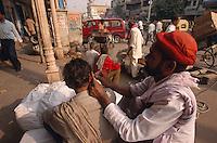 Indien, Delhi, auf der Chandni Chowk, Ohrenputzer