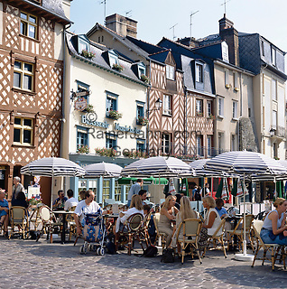 France, Brittany, Département Ille-et-Vilaine, Rennes: Cafe scene | Frankreich, Bretagne, Département Ille-et-Vilaine, Rennes: Strassencafe in der Altstadt