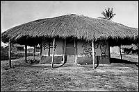 In Mozambico, nella provincia della Zambesia, produzione della copra dalla noce di cocco