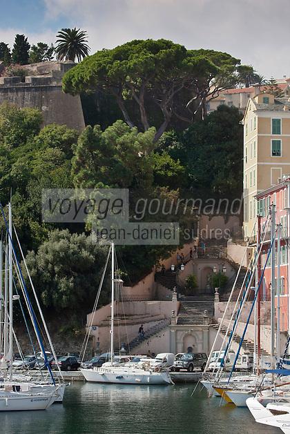 Europe/France/Corse/2B/Haute-Corse/Cap Corse/Nebbio/Bastia: Le port - Escalier Romieu à double révolution et les remparts de la citadelle