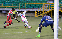 TUNJA - COLOMBIA, 12-11-2017: Luis Diaz Marulanda (Izq) jugador de Patriotas FC disputa el balón con Danilo Arboleda (Der) jugador de Atletico Junior  durante partido por la fecha 13 de la Liga Águila II 2017 realizado en el estadio La Independencia en Tunja. / Luis Diaz Marulanda (L) player of Patriotas FC fights for the ball with Danilo Arboleda (R) player of Atletico Junior  during match for the date 13 of Aguila League II 2017 at La Independencia stadium in Tunja. Photo: VizzorImage / Jose Palencia / Cont