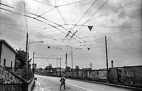 Milano, quartiere Bovisa, periferia nord. Conduttori elettrici del filobus in via Bovisasca --- Milan, Bovisa district, north periphery. Overhead wires for the trolleybus line in Bovisasca street