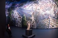 """Das Ausstellungsprojekt der Antikensammlung – Staatliche Museen zu Berlin """"PERGAMON. Meisterwerke der antiken Metropole und 360°-Panorama von Yadegar Asisi"""" wurde am Freitag den 16. November 2018 in Berlin vorgestellt.<br /> Im Bild: Vor dem Panorama steht auf einem Sockel ein Stueck der Athena vom Dach des Pergamonaltar.<br /> 16.11.2018, Berlin<br /> Copyright: Christian-Ditsch.de<br /> [Inhaltsveraendernde Manipulation des Fotos nur nach ausdruecklicher Genehmigung des Fotografen. Vereinbarungen ueber Abtretung von Persoenlichkeitsrechten/Model Release der abgebildeten Person/Personen liegen nicht vor. NO MODEL RELEASE! Nur fuer Redaktionelle Zwecke. Don't publish without copyright Christian-Ditsch.de, Veroeffentlichung nur mit Fotografennennung, sowie gegen Honorar, MwSt. und Beleg. Konto: I N G - D i B a, IBAN DE58500105175400192269, BIC INGDDEFFXXX, Kontakt: post@christian-ditsch.de<br /> Bei der Bearbeitung der Dateiinformationen darf die Urheberkennzeichnung in den EXIF- und  IPTC-Daten nicht entfernt werden, diese sind in digitalen Medien nach §95c UrhG rechtlich geschuetzt. Der Urhebervermerk wird gemaess §13 UrhG verlangt.]"""
