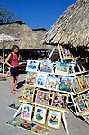 Cuba, Matanzas, Varadero: Tourist shopping in local craft market | Kuba, Matanzas, Varadero: Marktstand mit lokaler Malerei
