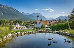Germany, Upper Bavaria, Werdenfelser Land: Wallgau with Karwendel mountains | Deutschland, Bayern, Oberbayern, Werdenfelser Land: Wallgau mit katholischer Kirche vor dem Karwendelgebirge