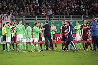 Mannschaften beglueckwuenschen sich nach Spielende gegenseitig