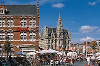 Straßenrestaurant auf dem Grote Markt vor dem Rathaus aus dem 16. Jahrhundert in Oudenaarde, Flandern, Belgien