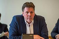 Sondersitzung Innenausschuss des Berliner Abgeordnetenhauses am Montag den 17. September 2018.<br /> Die Oppositionsfraktionen CDU und FDP hatten die Sitzung beantragt, da sie die Ernennung der frueheren Polizei-Vizepraesidentin Margarete Koppers zur Generalstaatsanwaeltin scharf kritisieren. Dem InnensenatorAndreas Geisel (SPD) wird vorgeworfen, ein Disziplinarverfahren gegen die fruehere Polizei-Vizepraesidentin unterbunden zu haben. Gegen Koppers laufen Ermittlungen Wegen der vergifteten Polizei-Schiessstaende. Ihr wird vorgeworfen, als Polizei-Vizepraesidentin zu wenig gegen die schadstoffbelasteten Schiessstaende getan zu haben. Erst Anfang September starb ein Schiesstrainer.<br /> Im Bild: Staatssekretaer der Senatsinnenverwaltung Torsten Akmann.<br /> 17.9.2018, Berlin<br /> Copyright: Christian-Ditsch.de<br /> [Inhaltsveraendernde Manipulation des Fotos nur nach ausdruecklicher Genehmigung des Fotografen. Vereinbarungen ueber Abtretung von Persoenlichkeitsrechten/Model Release der abgebildeten Person/Personen liegen nicht vor. NO MODEL RELEASE! Nur fuer Redaktionelle Zwecke. Don't publish without copyright Christian-Ditsch.de, Veroeffentlichung nur mit Fotografennennung, sowie gegen Honorar, MwSt. und Beleg. Konto: I N G - D i B a, IBAN DE58500105175400192269, BIC INGDDEFFXXX, Kontakt: post@christian-ditsch.de<br /> Bei der Bearbeitung der Dateiinformationen darf die Urheberkennzeichnung in den EXIF- und  IPTC-Daten nicht entfernt werden, diese sind in digitalen Medien nach §95c UrhG rechtlich geschuetzt. Der Urhebervermerk wird gemaess §13 UrhG verlangt.]